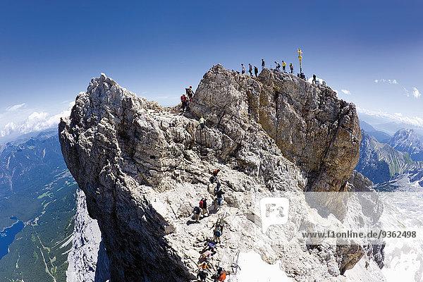 Deutschland  Wandergruppe auf der Zugspitze