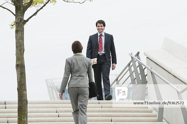 Deutschland  Hamburg  Geschäftsleute im Treppenhaus