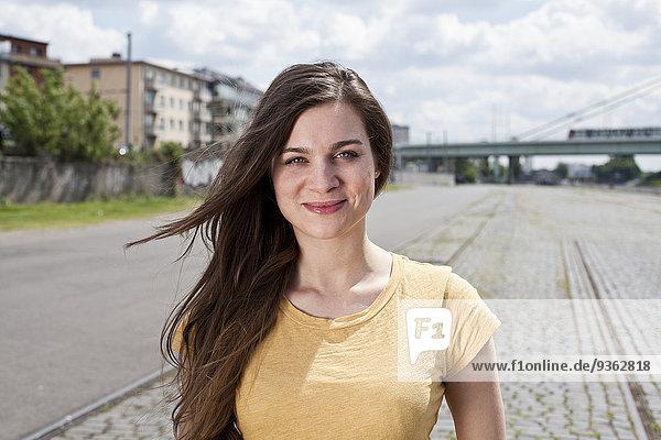 Deutschland  Nordrhein-Westfalen  Köln  Porträt einer lächelnden jungen Frau