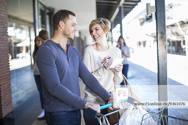 Lächelndes Paar auf Einkaufstour