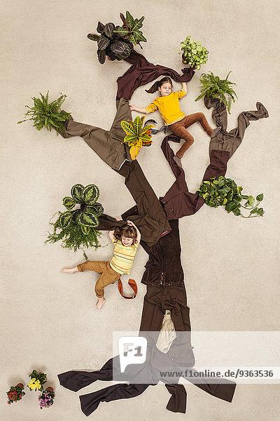 Kinder spielen Affen im Baum