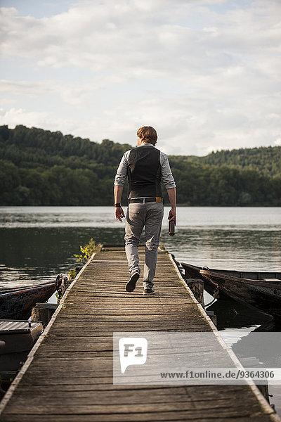 Deutschland  Rheinland-Pfalz  Laacher See  Wanderer auf Holzsteg