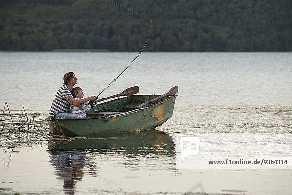 Deutschland  Rheinland-Pfalz  Laacher See  Vater und Sohn fischen vom Boot aus
