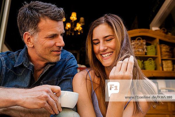 Porträt eines glücklichen Paares beim Kaffeetrinken