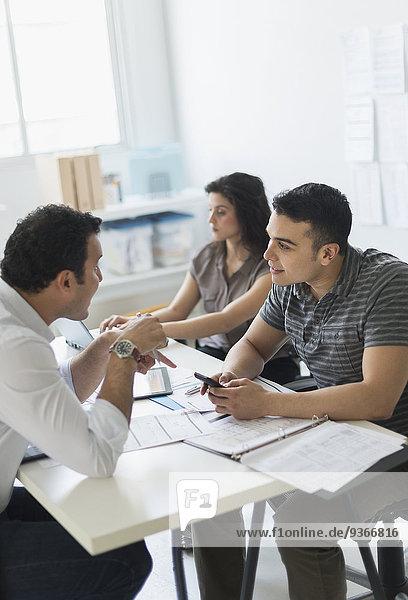 Zusammenhalt Mensch Büro Menschen arbeiten Hispanier Business
