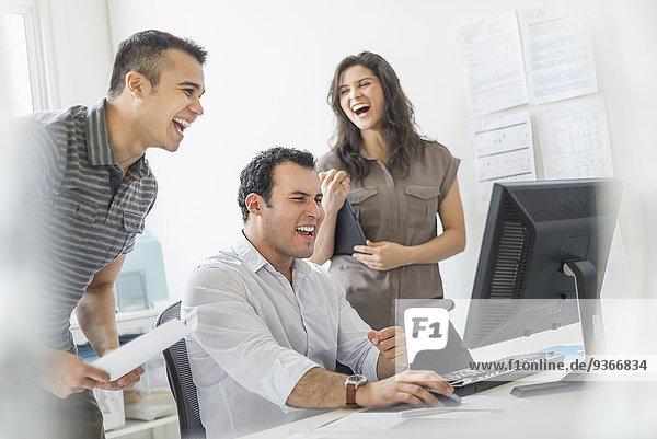 Zusammenhalt Mensch lachen Büro Menschen Hispanier Business