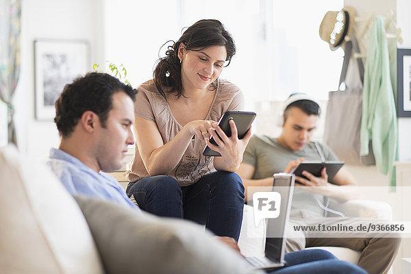 benutzen Freundschaft Technologie Zimmer Hispanier Wohnzimmer