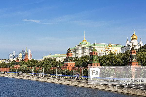 Russland  Moskau  Moskwa  Kremlmauer mit Türmen und Kathedralen