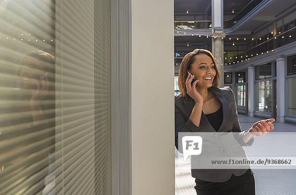Handy Geschäftsfrau sprechen mischen Mixed