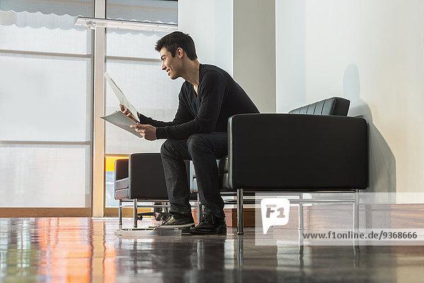 Eingangshalle Geschäftsmann Papier mischen Büro Mixed vorlesen