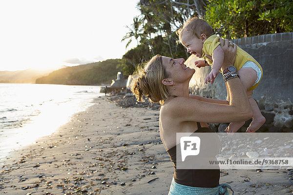Europäer Strand halten Mutter - Mensch Baby