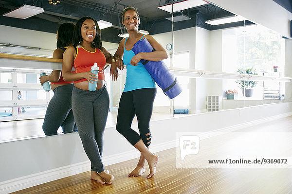 Zusammenhalt Frau lächeln Yoga Studioaufnahme