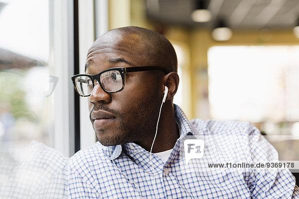 Mann zuhören schwarz Laden Kopfhörer Kaffee