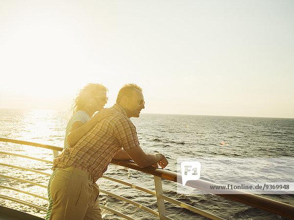 Europäer Bewunderung Boot Ansicht Deck Terrasse