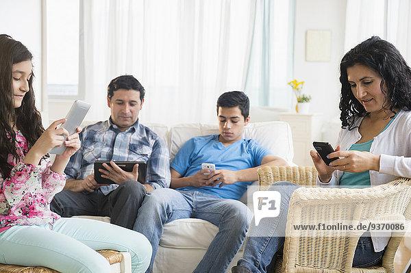 Handy benutzen Zimmer Hispanier Tablett Wohnzimmer