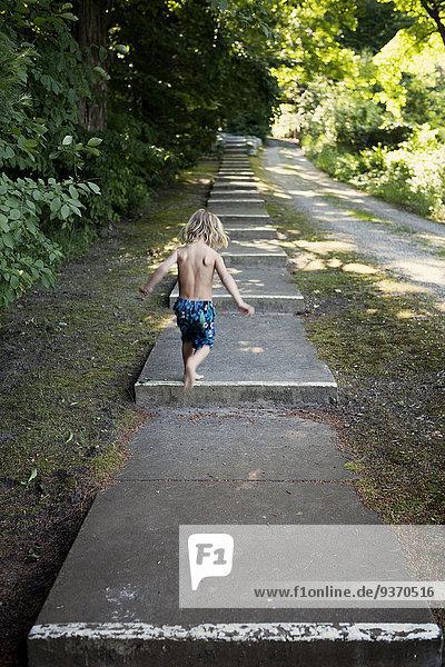 Stufe nahe Ländliches Motiv ländliche Motive Europäer Junge - Person Weg klettern