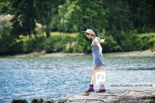 nahe Felsbrocken Europäer Frau gehen Fluss