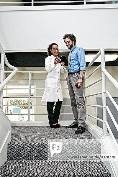 Zusammenhalt benutzen Geschäftsmann Arzt Tablet PC