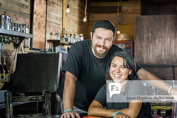 lächeln Hispanier Laden Kaffee