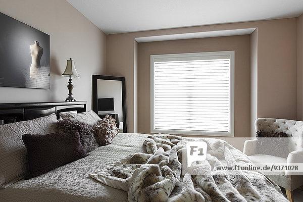 Fenster Schlafzimmer Bett Sessel modern