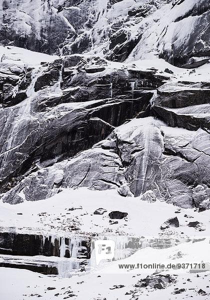 Felswand mit Schnee und Eis