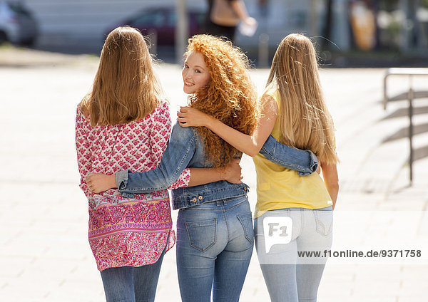 Drei Mädchen von hinten fotografiert