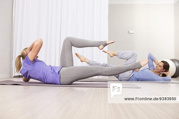 Frau situps sit ups Pilates