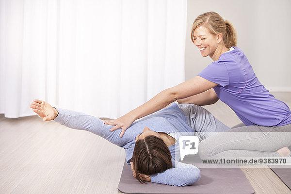 Frau Sport Unterstützung Ausbilder Pilates