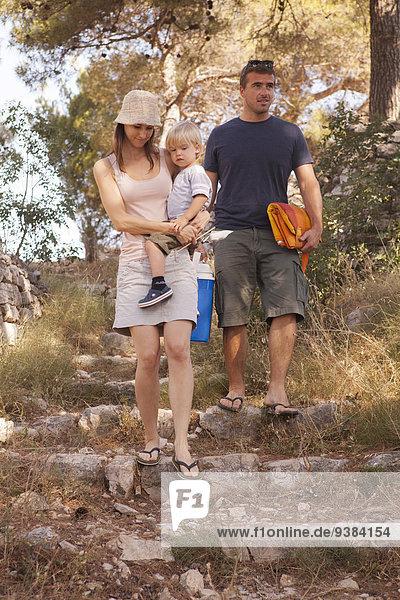 Menschliche Eltern ankommen camping 1
