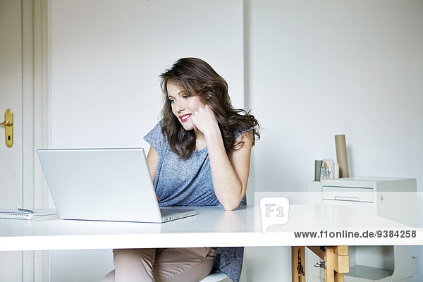Frau Notebook Wohnhaus arbeiten jung