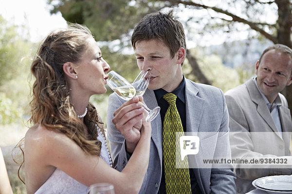 Braut Bräutigam trinken Champagner