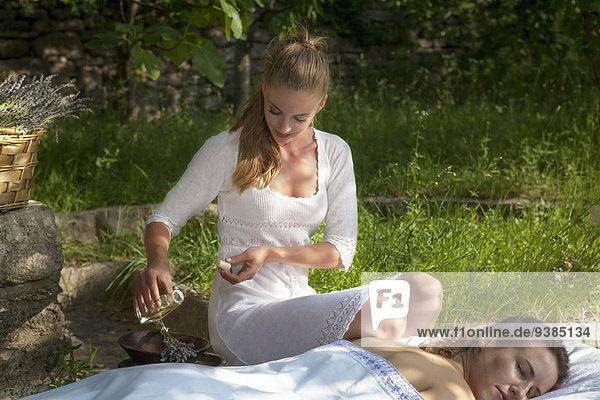 junge Frau junge Frauen empfangen Massage