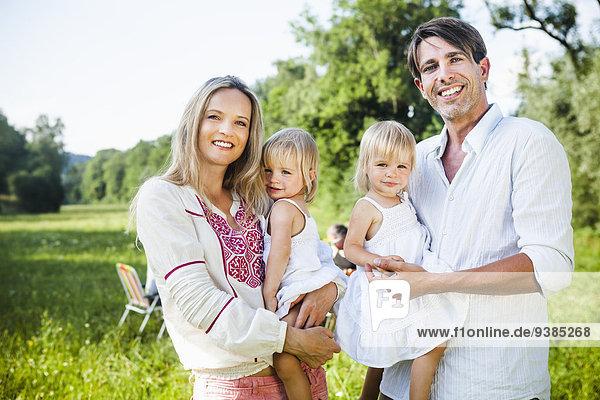 Außenaufnahme Fröhlichkeit Menschliche Eltern 2 Tochter freie Natur