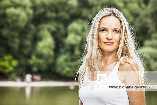 Portrait blond Frau weiß Hemd Haar