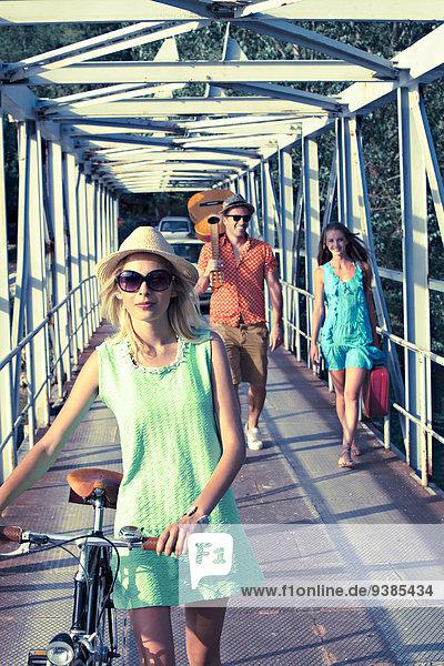 Fußgängerbrücke Mensch Menschen gehen jung vorwärts