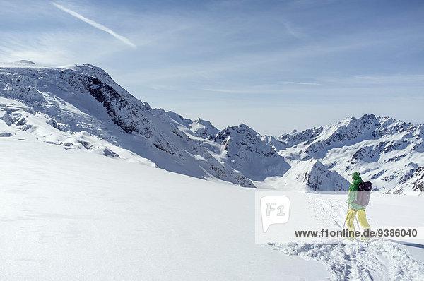 Landschaftlich schön landschaftlich reizvoll Berg Skifahrer sehen Alpen