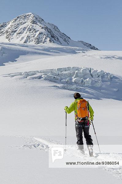 Skifahrer Alpen pflügen Schnee