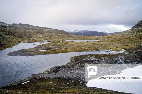 Landschaftlich schön landschaftlich reizvoll Wasser Berg Mann wandern vorwärts Geschwindigkeit