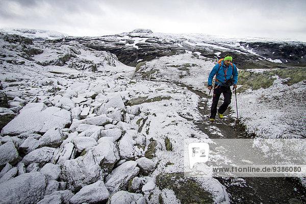 Mann folgen Schneedecke wandern vorwärts Geschwindigkeit