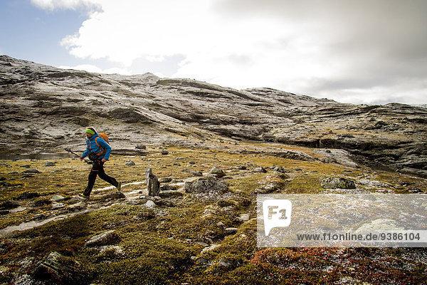 Mann Felsen Landschaft wandern Geschwindigkeit