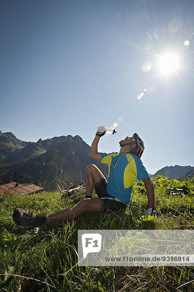 Wasser Berg nehmen ruhen trinken Kleinwalsertal Rest Überrest