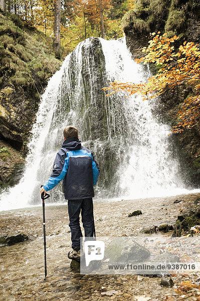 stehend Junge - Person frontal Wasserfall