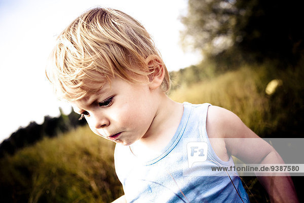 Außenaufnahme Portrait blond Junge - Person klein Haar freie Natur