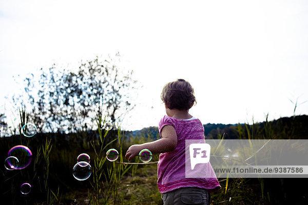 Rückansicht Seife klein Blase Blasen Mädchen spielen