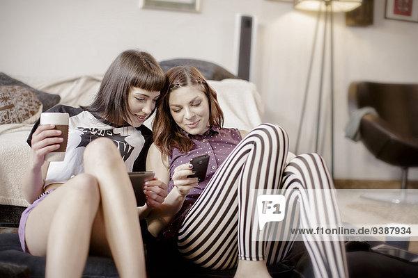 Zusammenhalt Frau sehen 2 jung Smartphone