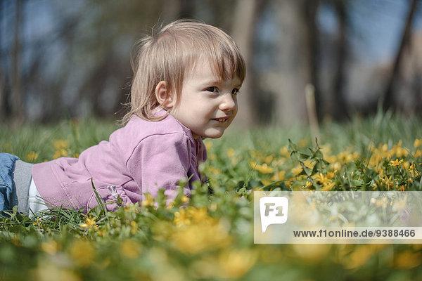 liegend liegen liegt liegendes liegender liegende daliegen klein Gras Mädchen