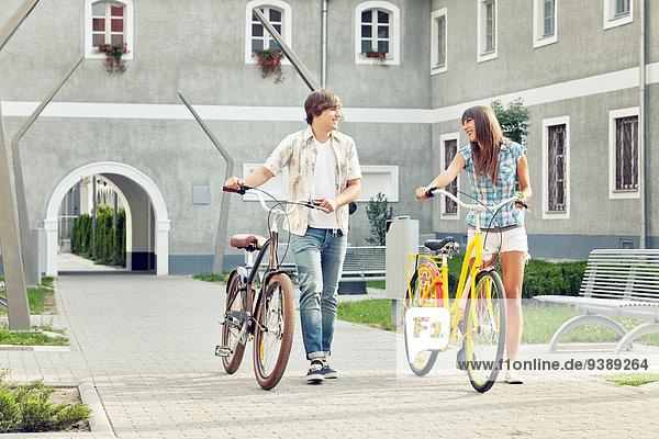 schieben jung Fahrrad Rad