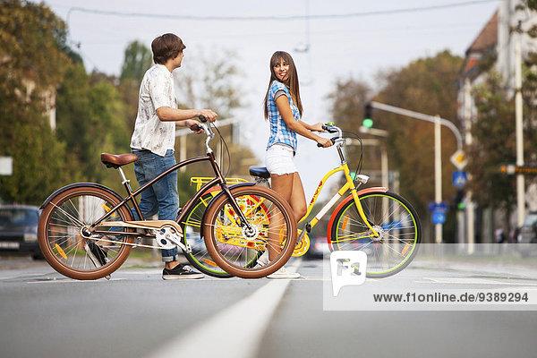 Zusammenhalt schieben jung Fahrrad Rad