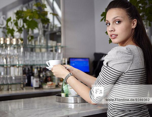 junge Frau junge Frauen Tasse halten Cafe Kaffee