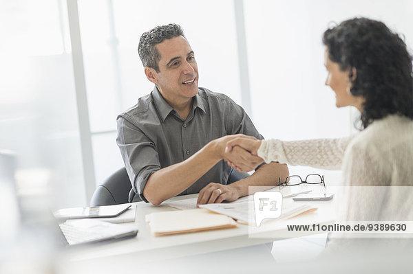Schreibtisch sprechen Mensch Büro Menschen Business